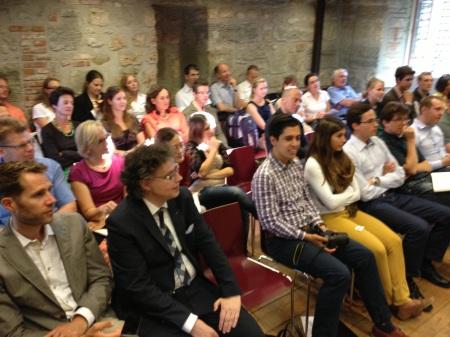Das Publikum lauscht den Ausführungen von Alt-Bundesrat Moritz Leuenberger