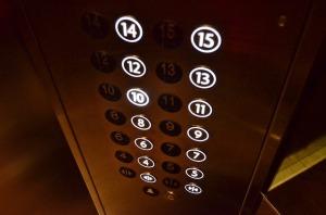 Schweigen oder sprechen im Aufzug?